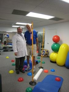El Dr. Carlos Olaechea y un paciente con accidente cerebro vascular entrenándose con  terapia física neurológica para su viaje a Las Vegas.