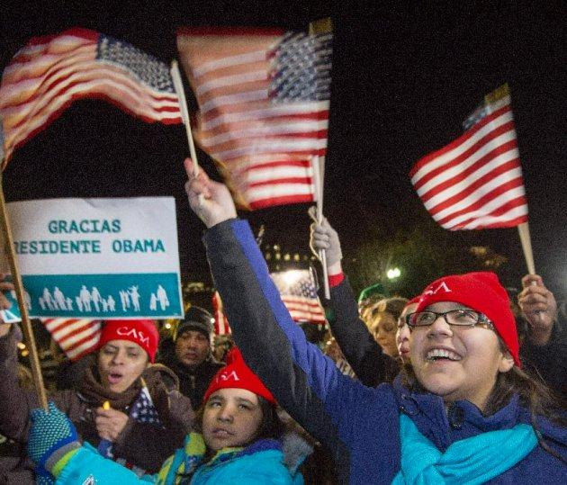 Seguidores del presidente Barack Obama ondean banderas estadounidenses. (AFP | Paul J. Richards)