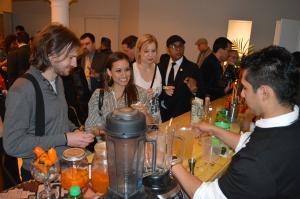 Bartender Christian Asca deleitó a los presentes con el novedo coctel de su creación