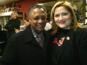 El cantante Manuel Donayre y la concejal de Paterson, Maritza Davila, presentes en la actividad.