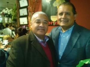 El presidente de la Peruvian Parade, Dr. Carlos A. Tello (der.) y el concejal peruano por Harrison, Jesus Huaranga.