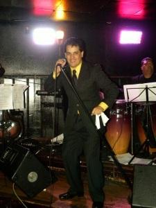 Julio Vilchez, un salsero peruano que triunfa en Estados Unidos, ha lanzado su nueva produccion SUAVECITO... PERO CON SALSA