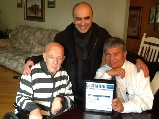 José Rohaidy (izq.) cuando recibió el reconocimiento del Capítulo de Nueva Jersey de la Asociación Nacional de Periodistas Hispanos (NAHJ), representado por sus miembros: Norberto Bogard (centro) y Manuel E. Avendaño (der.)