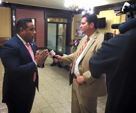 El concejal Alex Mendez entrevistado por el periodista Ricardo Villarini, de Noticias 47 Telemundo, que cubrio el debate. FOTO: VICTOR FLORES