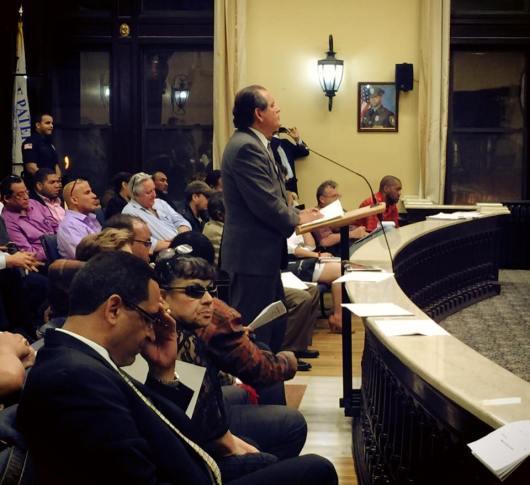 El martes 5 de mayo, el Dr. Carlos A. Tello expone ante el Concejo Municipal de Paterson la posicion de Peruvian Parade frente a los cobros que se planea aplicar a los desfiles y procesiones que se llevan a cabo en esta ciudad. FOTO: VICTOR FLORES