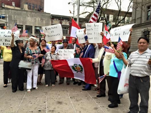 Miembros del Desfile Peruano de Nueva Jersey protestaron pacificamente en las afueras del City Hall de Paterson, por los que se consideran cobros excesivos que se planea realizar para que los desfiles puedan realizer sus marchas por esta ciudad. FOTO: VICTOR FLORES