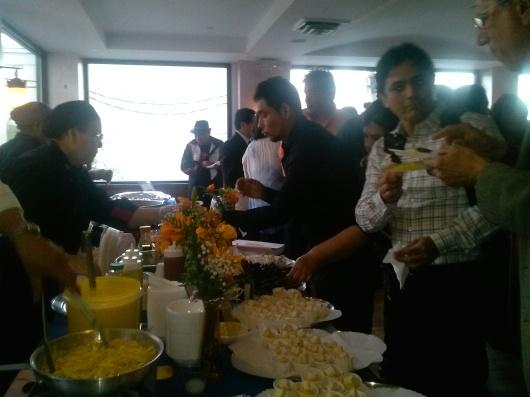"""Oscar Pasache –de Pasache Productions- deleitándose con los platos de """"La casa de Rosita""""."""