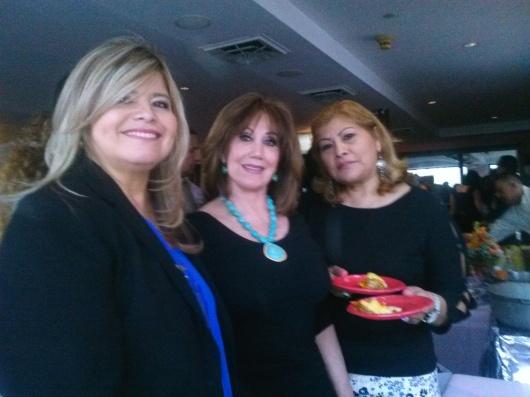 Melvi Dávila, Elvia Valencia y Elizabeth Curitomai departiendo durante la gran fiesta.