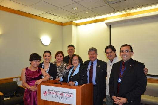 Kelsie Rojas rodeada de sus familiares junto a miembros del Capitulo de Nueva Jersey de la Asocacion Nacional de Periodistas Hispanos (NAHJ) Manuel Avendano y Alejandro Roman; y a Magali Rohaidy, viuda de Jose Rohaidy, y su hijo Gabriel.