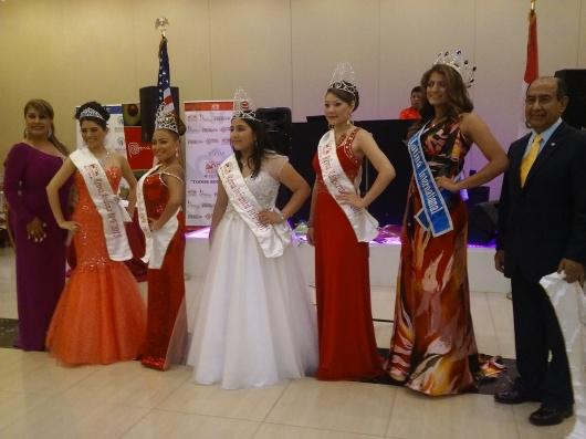 Rodolfo Flores, junto a las reinas del Desfile Peruano de Nueva York, coronadas durante la Fiesta de Gala que se realizó el viernes 26 de junio en Queens.
