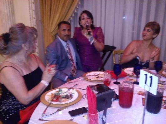 Walter Bustamante, activista deportivo de Nueva Jersey, junto a familiares y amigos en la mesa 11.