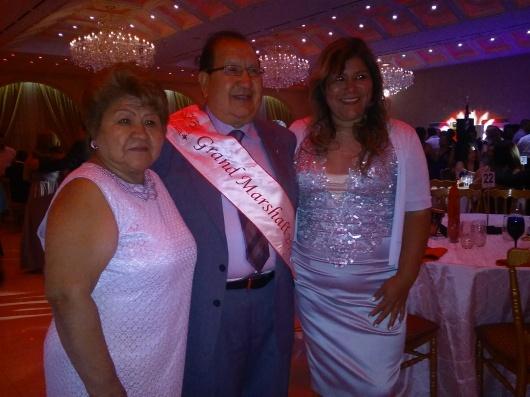 Octavio Flores, junto a sus familiares, durante la Fiesta de Gala, luego de recibir la banda como Gran Mariscal del Desfile Peruano 2015.