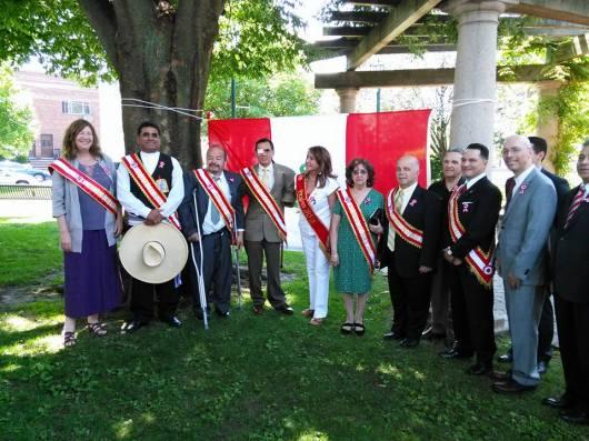 Las personalidades del desfile peruano PCANJ durante el reciente izamiento de bandera realizado frente a la alcaldía de Kearny. FOTO: SAID CHAVARRY RUSSO/El Paparazzi de New Jersey