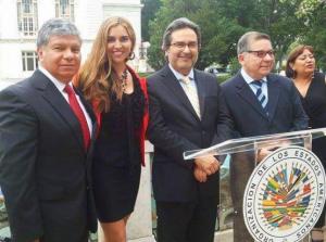 En la sede de la Organización de Estados Americanos (OEA), el periodista Manuel Avendaño, la modelo y cantante Yelina Valeria; el Embajador del Perú ante la OEA, Juan Jiménez; y el actor y productor Efraín Aguilar