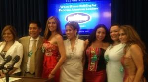 Kilder Fuentes, presidente del Peruvian American National Council (PANC) con un grupo de peruanas en la sede de la Casa Blanca. Foto: NuestraGenteDigital.com