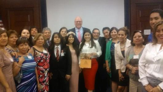 El congresista Joseph Crowley posa junto al grupo de peruanos participantes en la cumbre en el Capitolio de los Estados Unidos. Foto: NuestraGenteDigital.com