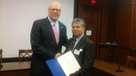 El congresista Joseph Crowley entrega el reconocimiento del Congreso a Manuel E. Avendaño por sus 30 años de trayectoria periodística en los Estados Unidos. Foto: NuestraGenteDigital.com