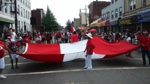 La bandera peruana encabezo la marcha.