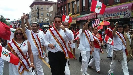 El concejal de Paterson, Andre Sayegh, entre las personalidades que desfilaron con los peruanos.