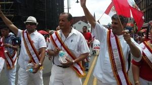El chef internacional Emmanuel Piqueras, Gran Mariscal del Desfile Peruano, junto al Dr. Carlos Tello, presidente de Peruvian Parade Inc., y el Dr. Jaime Yáñez, elegido el Profesional del Año.