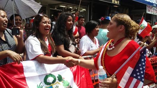 La primera concejal peruana en Paterson, Maritza Davila, saluda a los espectadores del desfile.