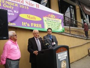 El congresista Bill Pascrell junto al concejal Andre Sayegh durante la inauguracion del nuevo centro preescolar.