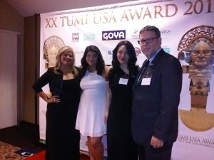 Melvi Davila, la anfitriona del XX Aniversario del Tumi USA Award 2015 en Nueva York, posa junto a sus hijas y a Conrado Falco, director de la Oficina Comercial del Peru en Nueva York.