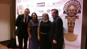 Sergio Massa, fundador del Tumi USA Award en 1995, posa con algunos invitados en el Teatro AMC 25 Empire Theatres de Manhattan.