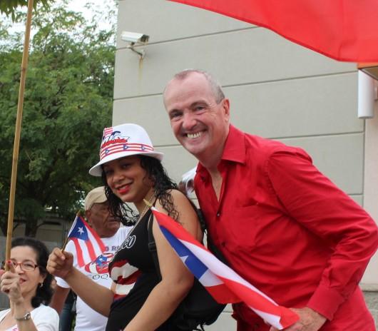 091816-foto-con-puertorriquenos-en-desfile-de-newark