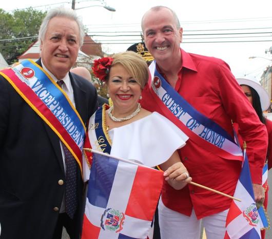 091816-miguel-diaz-elsa-mantilla-y-murphy-desfile-dominicano