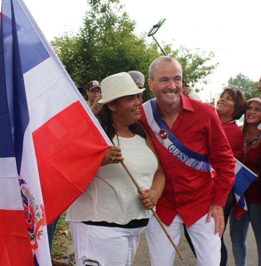 091816-murphydamas-con-bandera-dominicana-en-desfile-paterson