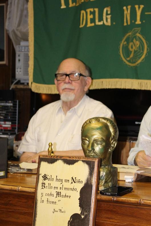 Dr. Antonio Acosta y el busto de Jose Marti